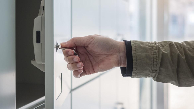 Photo d'une personne utilisant une armoire de rechargement pour son appareil mobile